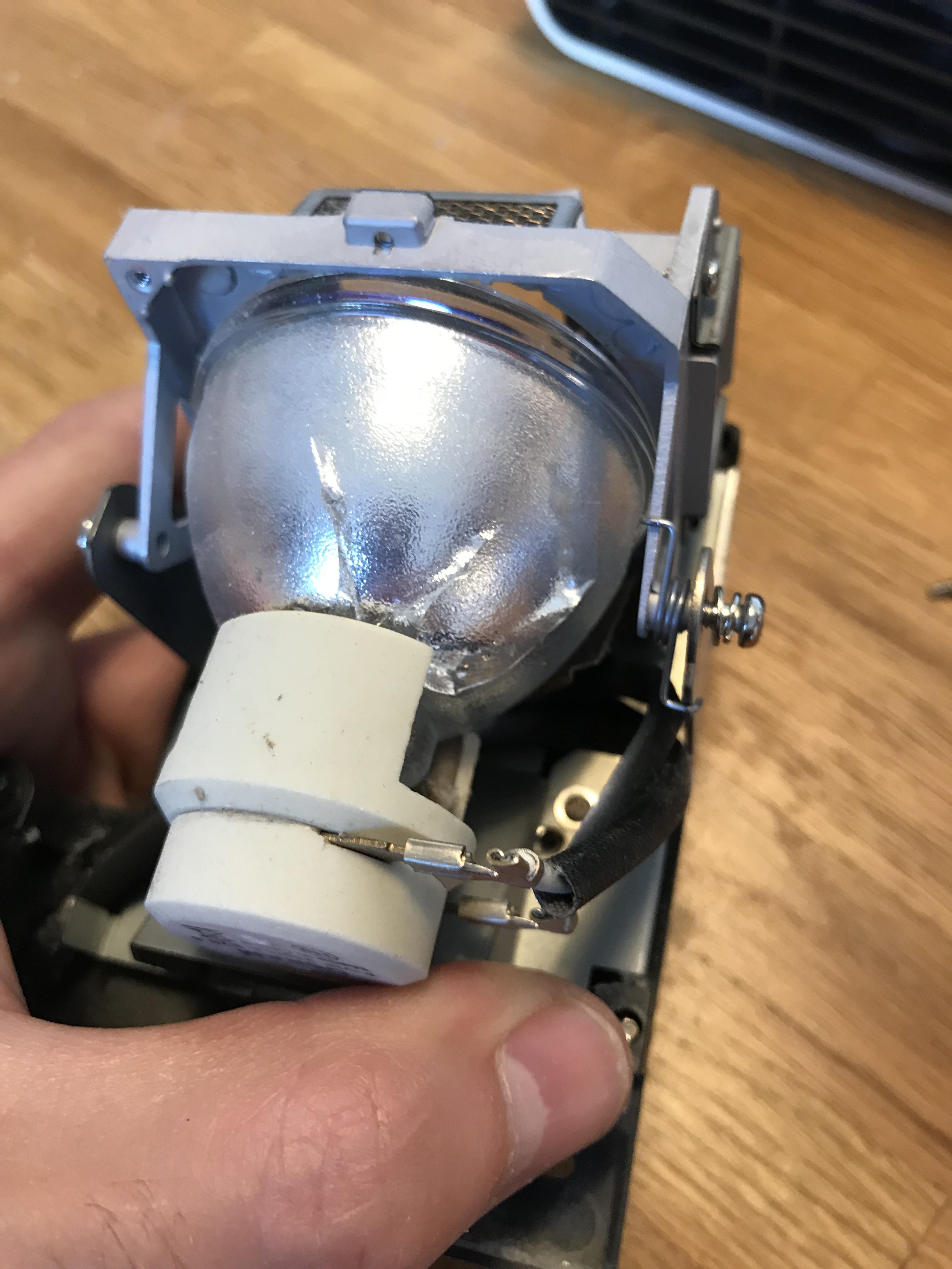 Die zwei Stecker an der Lampe sollte man sich gut merken. Die müssen an der neuen Birne genau so angesteckt werden. Das Abziehen ging hier ziemlich schwer.
