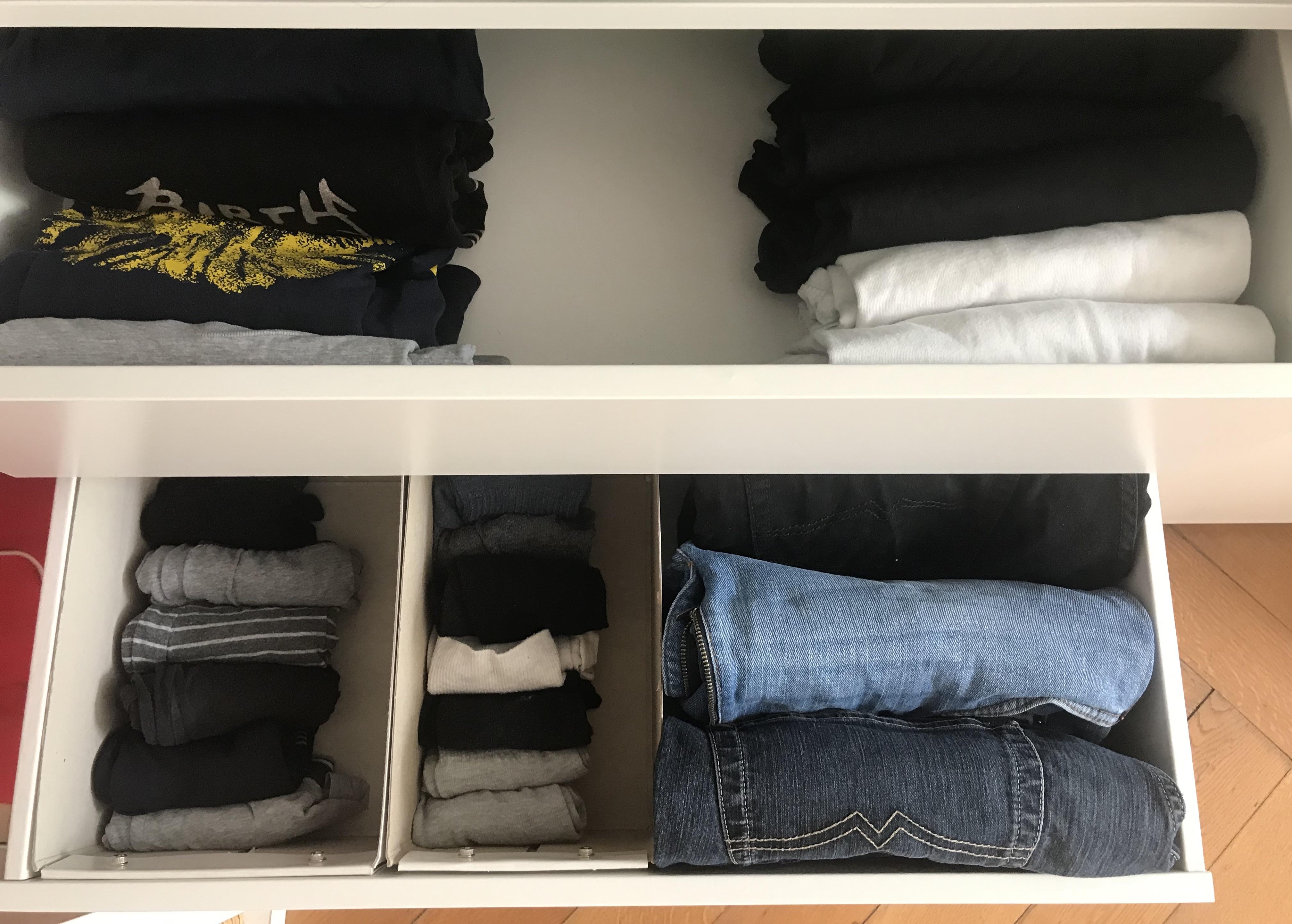 Bedruckte Bandshirts links, Einfarbige rechts. Ordnung musss ein. Socken und Unterbuxen passen ganz gut in so Schachteln von IKEA.